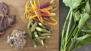 Stekt andbröst, rilette på andlår, inlagda gurkor och morötter.