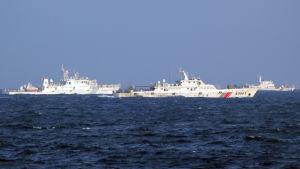 Kinesiska kustbevakningsfartyg i havsvatten år 2014. Vietnam har år 2014 anklagat kinesiska båtar för att köra mot vietnamesiska båtar på Sydkinesiska havet där Kina borrar olja.