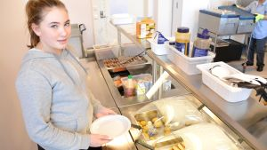 Vanessa Björksten tar mat i Gammelbacka skolas matsal.