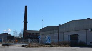 Fabriksområde med hallar.