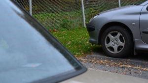 Bilar på parkeringsplats.