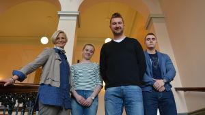 Inger Aaltonen, regionchef på YES Österbotten, studerande Ella Grangärd, Juha Lehto från Nordic business forum och studerande Valter Rantala.