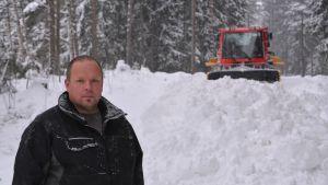 patrik wikström och en bandvagn i kokonterrängen