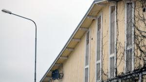 En vägg med fyra långa, smala fönster.