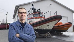 Hannu Haka står framför de sjöräddningsfartyg han skött om i 30 år.