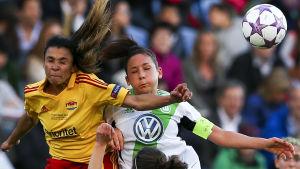 Marta och Nadine Kessler kämpar om bollen i finalen i Lissabon.