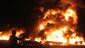 Tankbilar brinner efter en talibanattack utanför Kabul, Afghanistan.