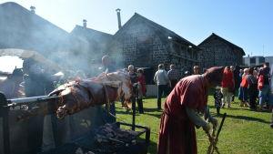gris steks hel över öppen eld