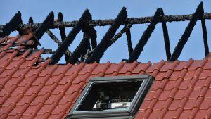 Närblid på det skadade taket i på byggnaden som skulle inkvartera 40 asylsökande i Tröglitz, Tyskland.