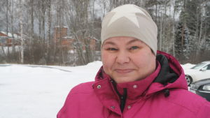 Kasköbon Päivi Hytönen poserar för kameran i ett vinterlandskap i Kaskö.