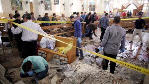 Attentatsplatsen inne i Mar Girgis-kyrkan i Tanta undersöks 9.4.2017
