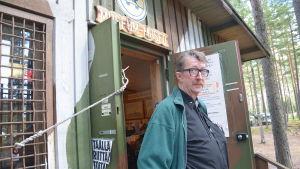Ralf Häggström vid ingången till frontmuseet i Lappvik.
