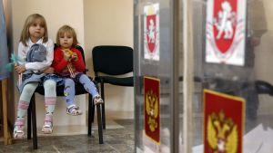 Barn utanför vallokal i Simferopol på Krim den 14 september 2014.