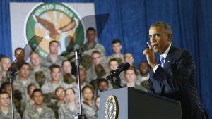 Barack Obama håller tal på en militärbas i  Florida.