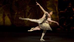 en scen ur En midsommarnattsdröm som balett i koreografi av Jorma Elo 2015