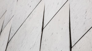 Lossnande marmorplattor i Finlandiahusets fasad
