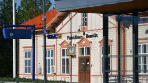 Stationshuset på Bennäs tågstation i Pedersöre