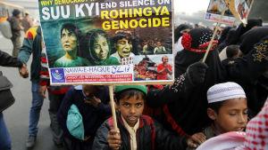 Förföljelserna i Burma har lett till globala protester mot etnisk resning och folkmord, som till exempel i grannalandet Indiens huvudstad New Delhi