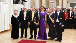 Gruppbild med Finlands presidenter Niinistö, Halonen och Ahtisaari på slottsbalen 2016.