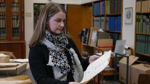Forskare Mia Åkerfelt betraktar en ritning