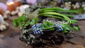 Liten fågelbo av ris och blommor