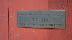 Skylten för byggnadsvårdsföreningen Curatio.