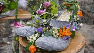 Vackra festskor prydda med blommor.