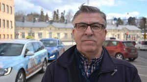 Krister Båsk, taxiföretagare i Korsholm. Här utanför Posten i Vasa.
