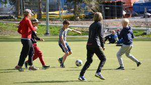 Elever spelar fotboll.