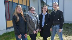 fyra ungdomar står utanför solf skola. Från vänster: Kajsa Forslund, Kajsa Ollikkala, Eleonora Drifell och Linda von Essen