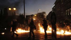 Demonstranter och polis drabbade samman under demonstratinerna i Aten 15.7 när parlamentett röstade om reformpaketet. Demonstranterna slängde molotovcocktails och polisen svarade med tårgas.