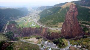 Ett kraftigt jordskred i Kumamotoregionen efter att kraftigt jordskalv tidigt den 16 april lokal tid.