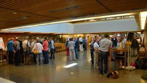 Människor diskuterar sinsemellan på skärgårdsseminariet i Åbo.