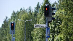 Trafikljus som visar röd gubbe.