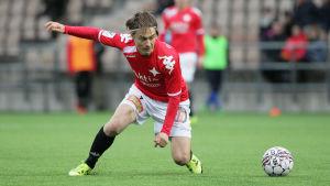Pekka Sihvola i HIFK:s tröja gjorde tre mål mot serieledaren IFK Mariehamn.