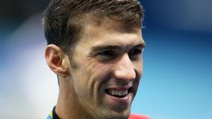 En glad Michael Phelps i närbild efter tävling.