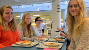 Matilda Back och Annika Mäenpää i skolmatsalen.