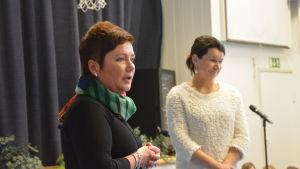 Smedsby-Böle skolas rektor Lena Sjölund-Fahllund och professor Christina Salmivalli från Kiva skola/Åbo universitet.