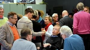 Ett femtiotal personer hade samlats på diskussionstillfället för Brändö sunds framtid.