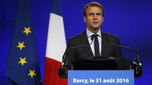 Macron meddelade att han avgår som ekonomiminister på presskonferens i augusti.