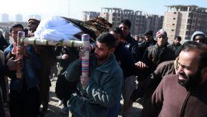Ett rekordstort antal dödsoffer i terrordåd begravdes ifjol. Denne man hörde till de trettio civila som dödades i en bombattack mot parlamentet i Kabul i början av januari