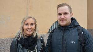 Antonia Jalava och Ronald Fagerholm vid yrkeshögskolan Novias byggnad på Nunnegatan.