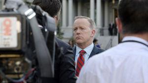 Vita husets pressekreterare Sean Spicer bad om ursäkt för Hitler-uttalande.