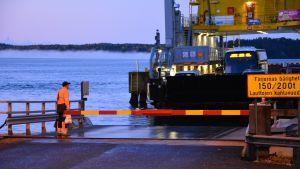 Landsvägsfärjan Sterna tar iland vid Lillmälö färjfäste en höstmorgon 2015.
