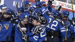 Finland firar efter segern över Kanada.
