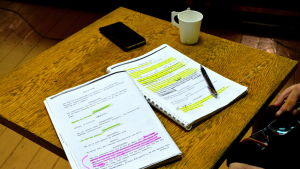 teatermanuskript ligger på ett bord