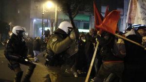 Kravallpoliser drabbade samman med tusentals demonstranter som protesterade mot president Barack Obama i centrum av Aten