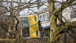 En person dog och ett tjugotal skadades när ett tåg spårade ur i Leuven i Belgien den 18 februari 2017.