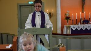 Malin Lindblom, kaplan i Sundom kapellförsamling. I förgrunden dottern Mirjam.