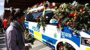 En polisbil täckt med blommor efter terrorattacken i Stockholm